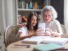Enkelin erklärt Seniorenhandy
